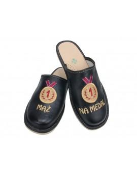 Mąż na Medal - skórzane pantofle haftowane - personalizowany prezent